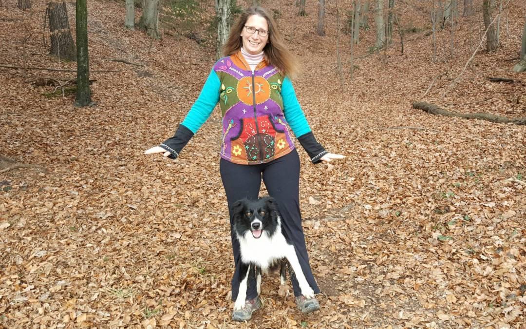 Wie Du Deinem Hund den Hundetrick auf Füßen laufen beibringst